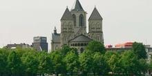 Vista frontal de iglesia en Colonia, Alemania
