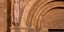 Escultura de San Isidoro en la Puerta del Cordero de la Basílica