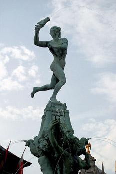 Detalle de la estatua de Brabo en la fuente de la Gran Plaza, Am