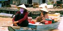 Mujeres en barca con pañuelos, Tonlé Sap, Camboya