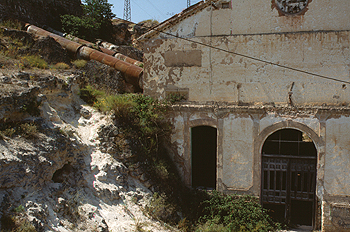 Exterior de una central hidráulica abandonada