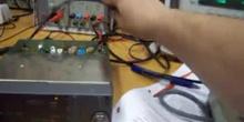 Ajuste emisora de radiocomunicación con analizador de radiocomunicación y vatímetro de RF