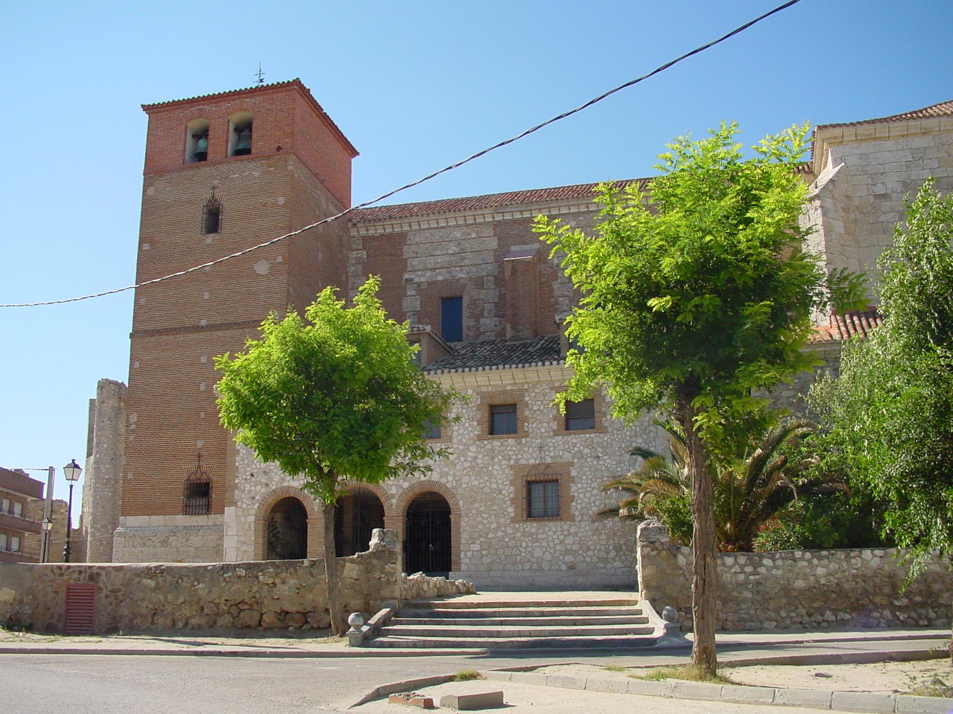 Vista lateral de iglesia en Torrejón de Velasco