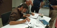 Paco Roca dibuja en el ejemplar de «Los surcos del azar» dedicado al Instituto Josefina Aldecoa