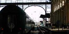 Tren saliendo de la estación de Keleti Pu, Budapest, Hungría
