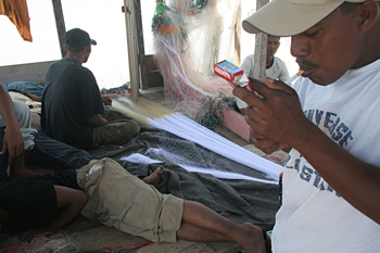 Arreglando redes, Campamento de pescado, Alunaga, Sumatra, Indon
