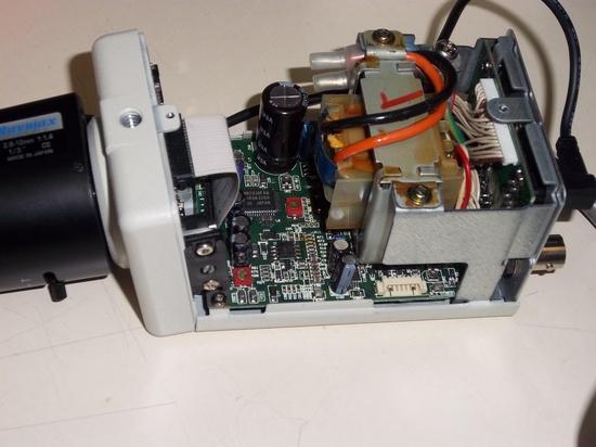 Cámara cctv abierta con toda la circuitería electrónica