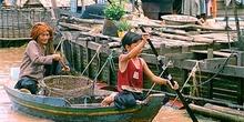 Transporte de mercancías en el lago Tonlé Sap, Camboya