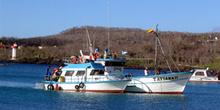 Barcos en Puerto Baquerizo Moreno en la Isla San Cristóbal, Ecua