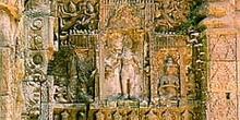 Detalle con relieves complejos en un muro de Angkor, Camboya