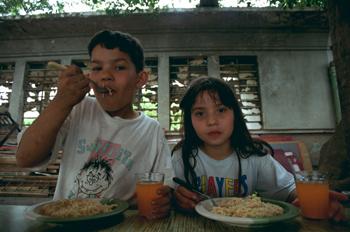 Niños comiendo, favela de Sao Paulo, Brasil
