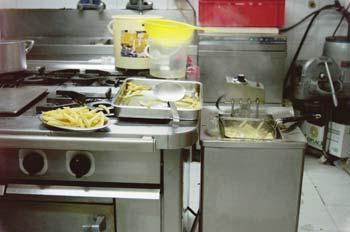 Friendo patatas en cocina industrial