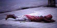 Hombre durmiendo sobre la acera, Calcuta, India