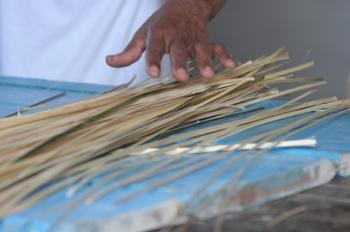 Manos de mujeres trabajando la paja, Quilombo, Sao Paulo, Brasil