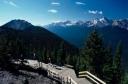 Pasarela-mirador en las Montañas Rocosas