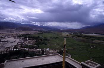 Panorámica del valle del Indo desde el gompa de Spitok, Ladakh,