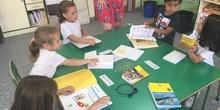 2018_06_25_Los pulpos disfrutan de un taller de libros 11