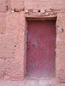 Puerta metálica de una construcción de adobe, Achahoud, Marrueco