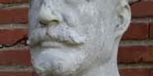 Detalle del monumento al doctor ángel Pulido Fernández