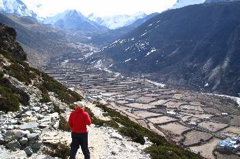 Pueblo con terrenos de cultivo y pastoreo