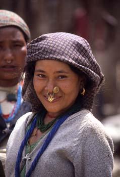 Retrato de mujer con adornos nasales, Sikkim, India