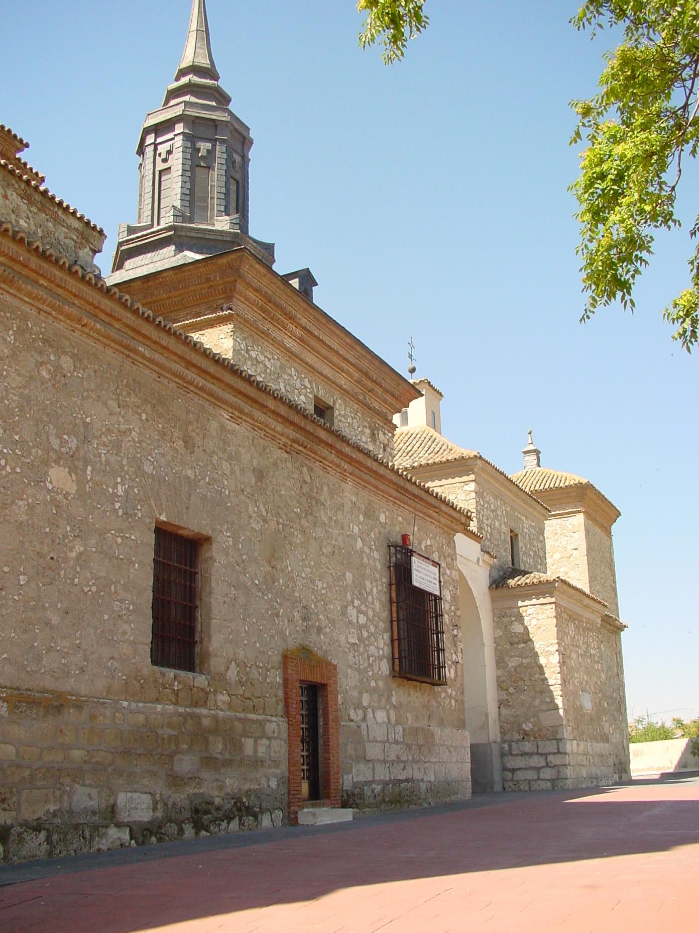 Vista lateral de iglesia en Valdemoro