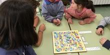Buddies: 5 años y sexto enseñando a jugar. 5