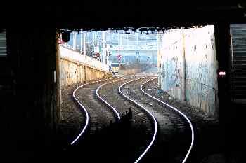 Vías desde el interior de una estación, Budapest, Hungría