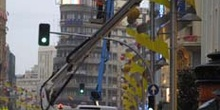 Operario adornando Gran Vía de Madrid con motivo de Boda Real