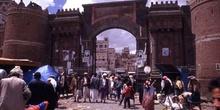 Puerta de Bab al Yaman en la muralla de la ciudad vieja de Sanaa