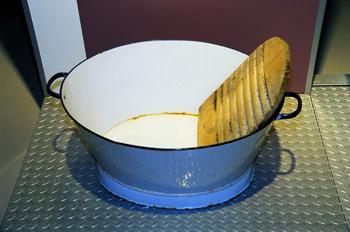 Utensilios domésticos: Tabla de lavar y balde de hierro esmaltad