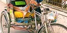 Taxista dormitando en rickshaw, Tailandia