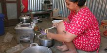 Cocinando, campo de refugiados de Melaboh, Sumatra, Indonesia