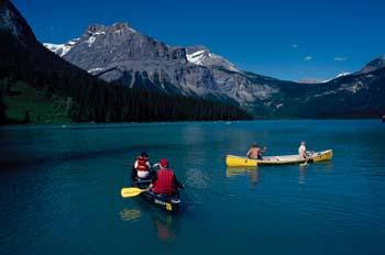 Piraguas en un lago de las Montañas Rocosas, Canadá