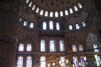Detalle de la decoración de la sala principal de oraciones en la