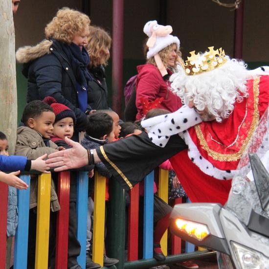 Visita de sus Majestades los Reyes Magos al colegio Luis Bello en moto 2018 16