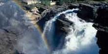 Cascada y arcoiris en las Montañas Rocosas