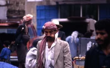 Hombres mascando hoja de qat, Yemen