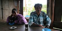 Tomando café, Batak, Sumatra, Indonesia