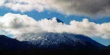 Pico del volcan Ruapehu oculto tras nube, Nueva Zelanda.