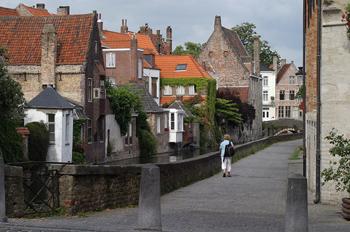 Calle típica y canal de Brujas, Bélgica