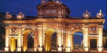 Puerta de Alcalá iluminada en Madrid