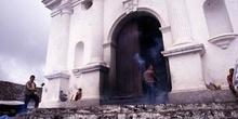 Quema de incienso en la entrada de la Iglesia de Santo Tomás en