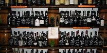 Botellas en la Casa do vinho do Porto, Alfama, Lisboa, Portugal