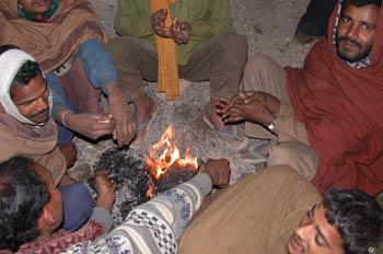 Hombres sentados alrededor del fuego