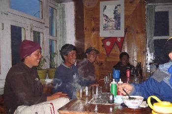 Sherpas descansando en hostal