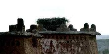 Nido de cigüeña sobre una torre de adobe, Ait Benhaddou, Marruec