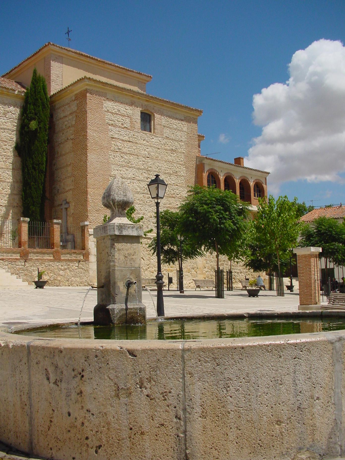 Fuente con parroquia al fondo en Tielmes