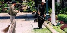 Operarios limpiando Palacio, Bangkok, Tailandia