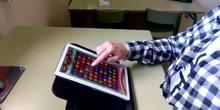 Movimiento vertical del dedo de arriba a abajo en una tablet.